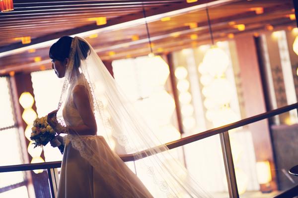 ウェディングドレス 美しい 後ろ姿